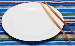 Plaque blanche vide avec des baguettes Image libre de droits