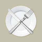 Plaque blanche vide avec la fourchette et le couteau Photo libre de droits