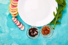 Plaque blanche vide Ingrédient et salade Photos stock