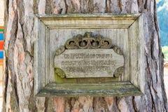 Plaque commémorative à l'arbre sacré, le vieux monastère de Troyan, Bulgarie Photos libres de droits