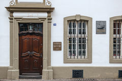Plaque commémorative sur la façade de la maison de Karl Marx photo stock
