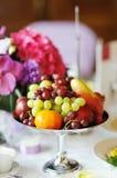 Plaque complètement des fruits frais Photographie stock
