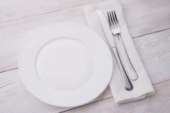 Plaque, couteau et fourchette blancs Photos stock