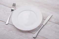 Plaque, couteau et fourchette blancs Photo stock
