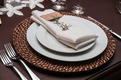 Plaque, couteau et fourchette sur la table Image stock
