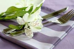 Plaque, couteau, fourchette et fleurs. Images libres de droits