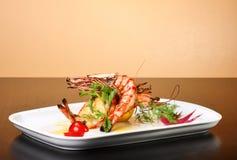 Plaque délicieuse des crevettes roses Images stock