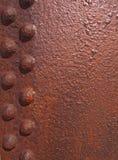 plaque d'acier rouge-brun rouill?e approximative avec le panneau rivet? et la surface texturis?e photographie stock