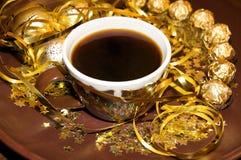 Plaque d'or de Noël avec la cuvette de café Image libre de droits