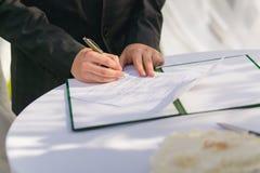 Plaque d'immatriculation de mariage de signature de marié Photographie stock libre de droits