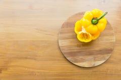 Plaque de découpage coupée de paprika dessus mise Photographie stock libre de droits
