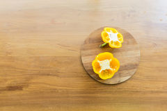 Plaque de découpage coupée de paprika dessus mise Photo stock