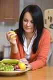 Plaque de femme et de fruit Image stock