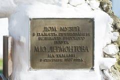 Plaque de l'information à l'entrée au maison-musée à la mémoire du grand poète russe du séjour Images stock