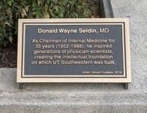 Plaque de l'information près de la statue en bronze honorant DM de Donald Wayne Seldin, Dallas, le Texas images stock