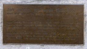 Plaque de l'information sur la statue en bronze Jan Janse de Weltevree, De Rijp, Pays-Bas photos libres de droits