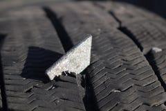 Plaque de métal dans le pneu image stock