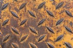 Plaque de métal industrielle rouillée avec le modèle de diamant et la peinture jaune image libre de droits