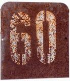 Plaque de métal rouillée avec le numéro soixante Image libre de droits