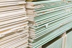 Plaque de plâtre de gypse dans le paquet La pile du panneau de gypse se préparant à la construction Palette avec la plaque de plâ photographie stock