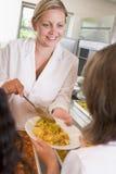 Plaque de portion de Lunchlady du déjeuner dans une école Image stock