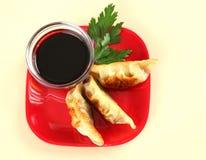 Plaque de Potstickers frit chinois juteux photos stock