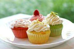 Plaque de quatre gâteaux colorés de printemps photos stock