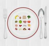 Plaque de régime avec de petits fruits et légumes Images stock