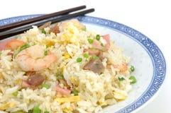 Plaque de riz frit et des baguettes Photos libres de droits
