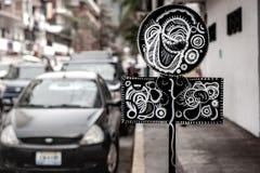 Plaque de rue avec le graffiti astucieux Images libres de droits