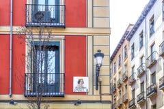 Plaque de rue dans la place Isabel II à Madrid, Espagne Photographie stock libre de droits