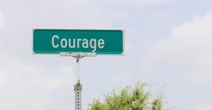 Plaque de rue de courage photographie stock libre de droits