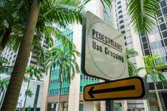Plaque de rue de passage pour piétons dans la ville exotique photos libres de droits