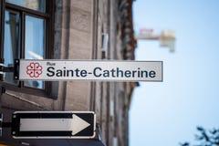 Plaque de rue indiquant Rue Sainte Catherine Street à Montréal, Québec Situé dans le centre ville, photographie stock