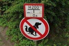 Plaque de rue - nettoyez après votre chien image libre de droits