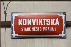 Plaque de rue de Prague photos stock