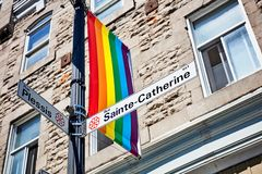 Plaque de rue de Sainte Catherine et un drapeau de fierté gaie d'arc-en-ciel photographie stock libre de droits