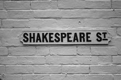 Plaque de rue de Shakespeare pour des professeurs de littérature anglaise ou n'importe qui dans l'écoulement voulant diriger des  Photos stock