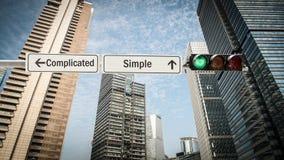 Plaque de rue simple contre compliqué photographie stock libre de droits