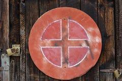 Plaque de rue superficielle par les agents vieux par rouge sur le mur en bois photographie stock libre de droits
