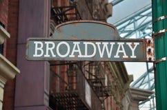 Plaque de rue sur le coin de Broadway image libre de droits