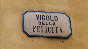 Plaque de rue sur le mur jaune en Italie Photo libre de droits