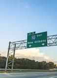 Plaque de rue vers la Nouvelle-Orléans sur les 10 d'un état à un autre Images stock