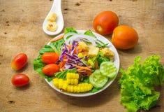 Plaque de salade fraîche Photos stock