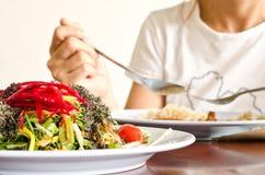 Plaque de salade organique colorée fraîche Images libres de droits