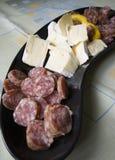 Plaque de salami et de fromage photo stock