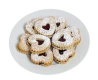 Plaque des biscuits en forme de coeur d'isolement sur le blanc Photos stock