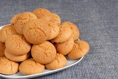 Plaque des biscuits italiens d'Amaretti sur un placemat bleu image stock