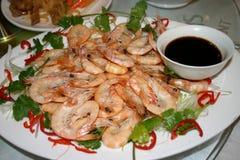 Plaque des crevettes roses avec la sauce de soja Image stock