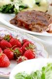 Plaque des fraises avec le repas images stock